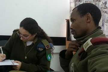 קצינים מקשיבים בסדנת מומנטום למנהיגות