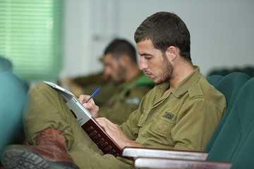 חייל כותב בסדנת שחרור של מומנטום למשתחררים