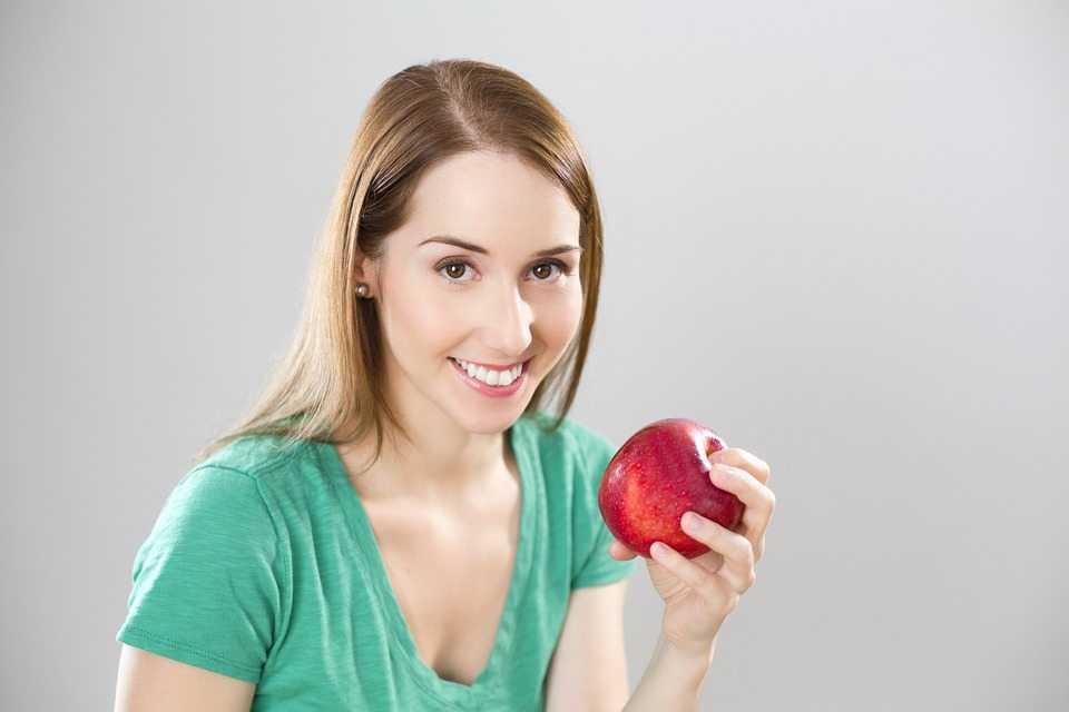 אישה אוכלת תפוח - מיסים