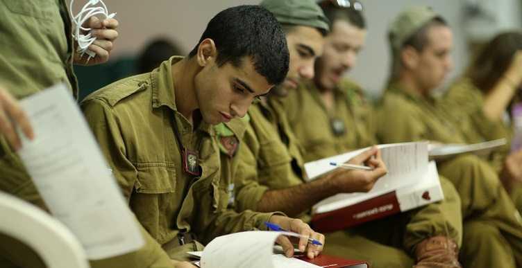 חייל יושב בסדנת מומנטום למשתחררים