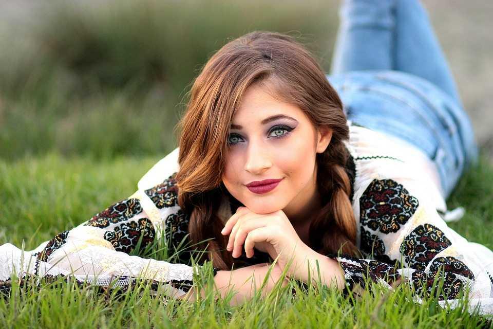בחורה על הדשא מתלבטת - צ'ק או מזומן