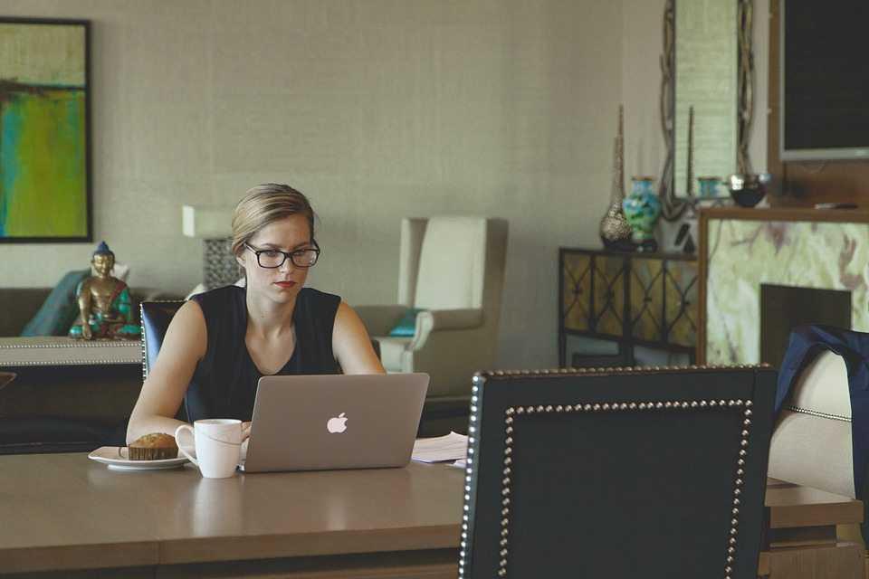 בחורה במחשב בחיפוש עבודה