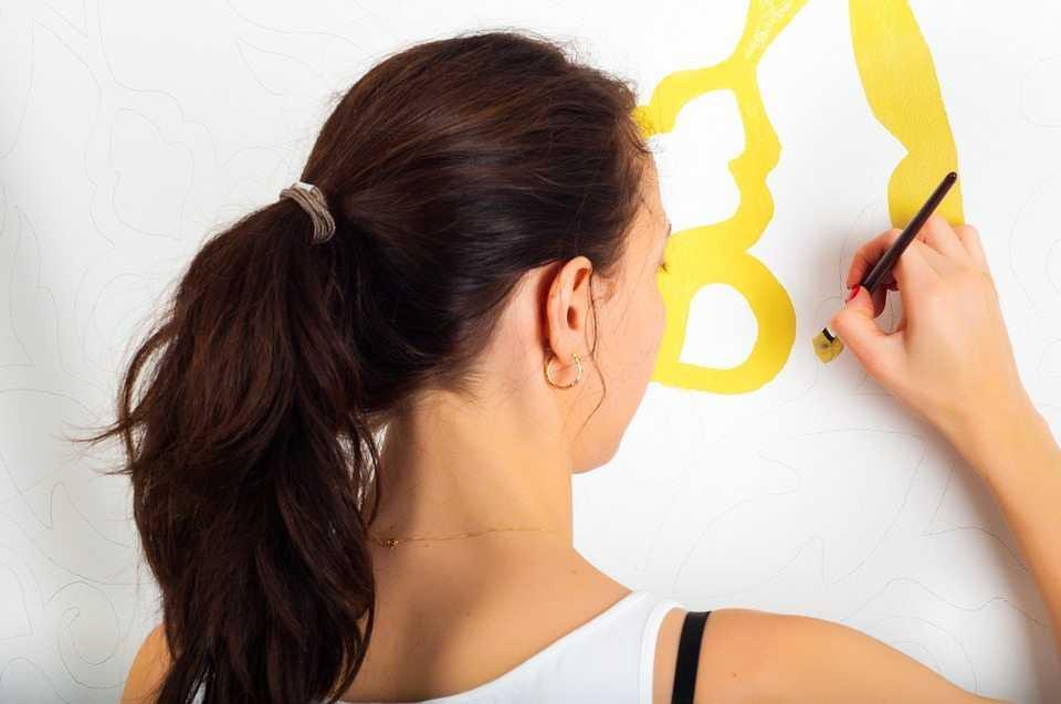 אישה כותבת על לוח - ייעוץ תעסוקתי