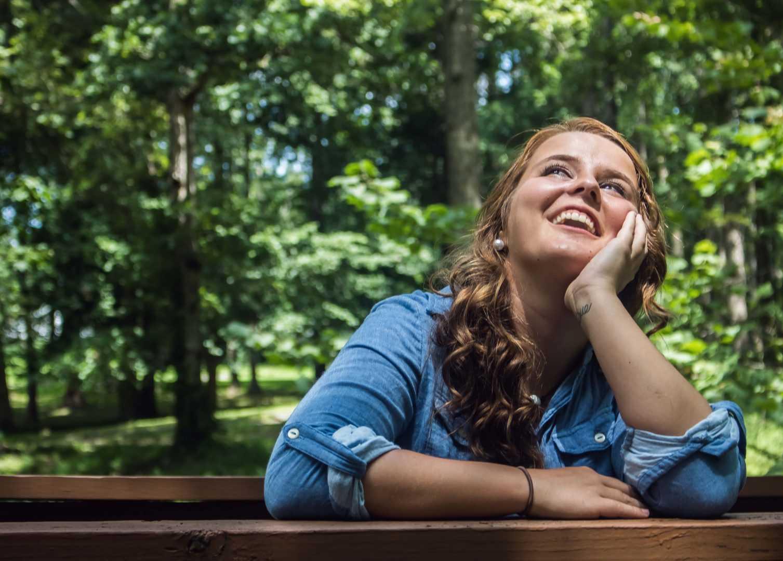 בחורה מחייכת בעבודה מועדפת