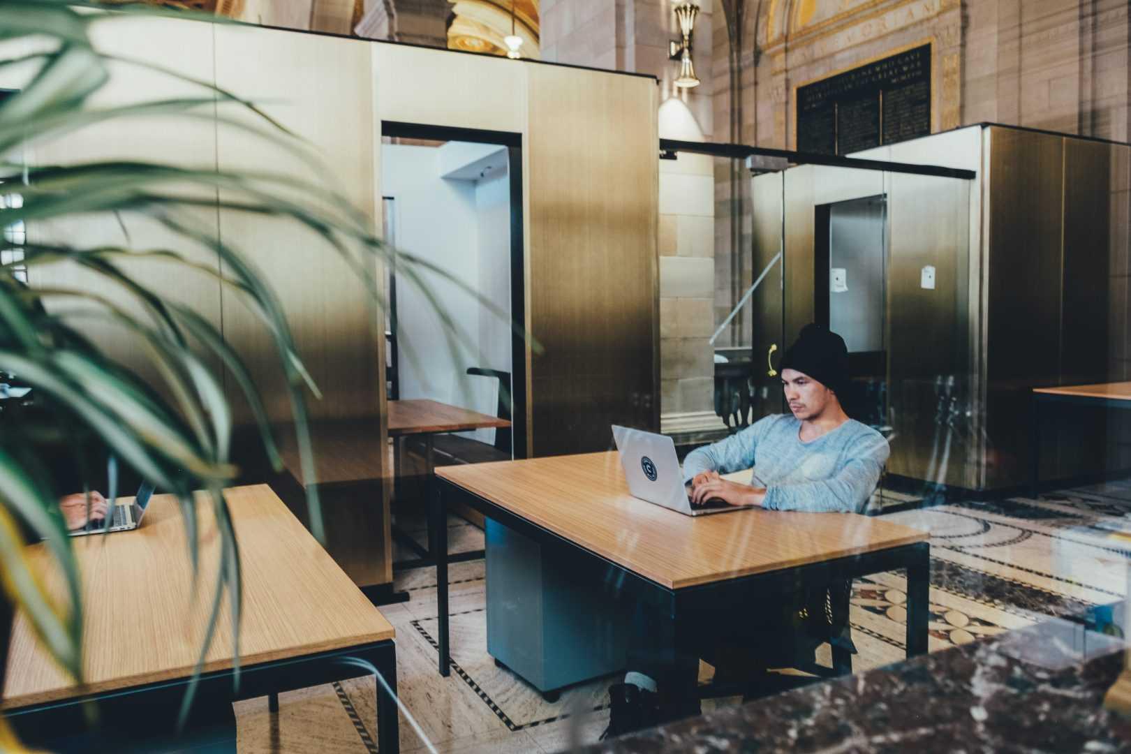 מכינה קדם אקדמית - איש יושב ליד מחשב