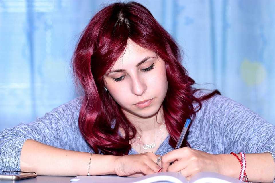בחורה לומדת לתואר ראשון באוניבסיטה או במכללה