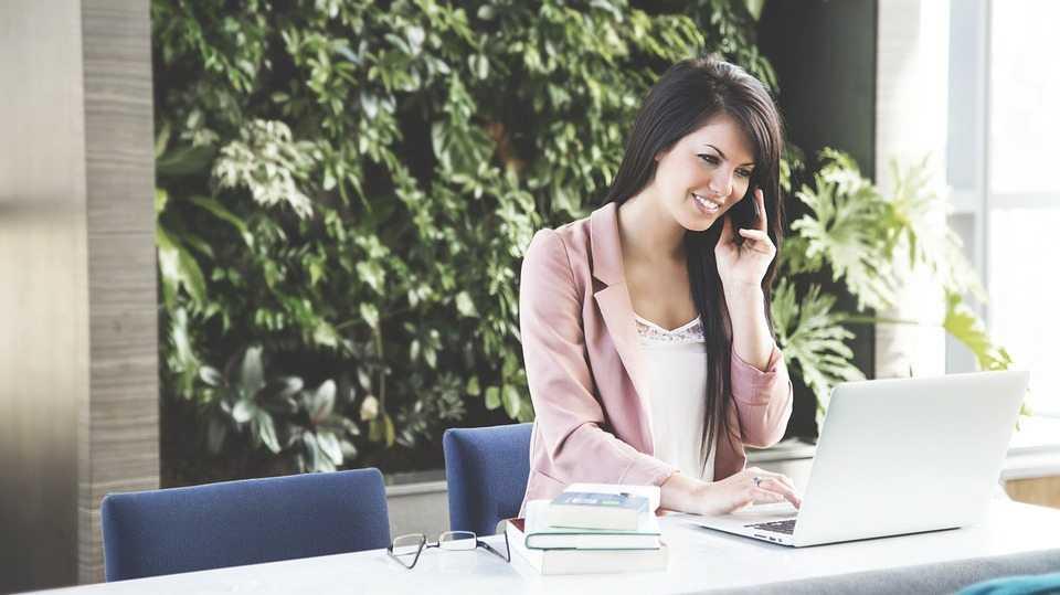 אישה כותבת קורות חיים ומתכוננת לראיון עבודה