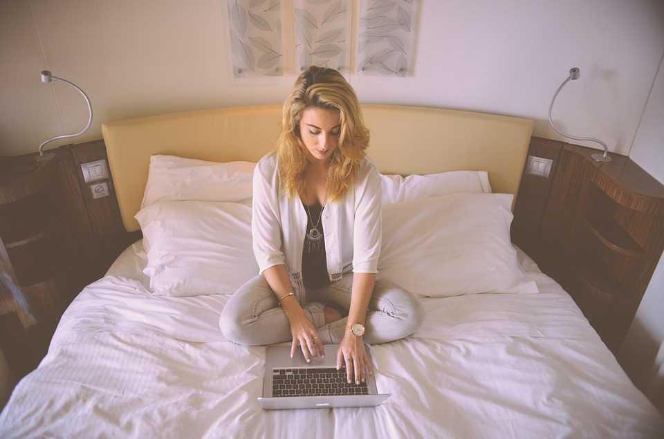 אישה על המיטה עם מחשב - איזו עבודה מתאימה לי