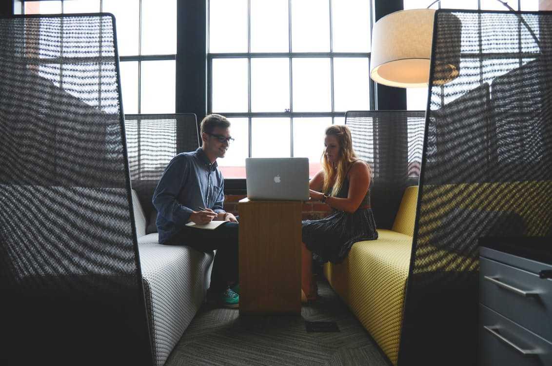 איש ואישה מתרגלים ראיון עבודה